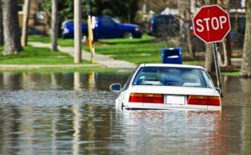 Lakukan Hal ini Saat Mobil Terendam Banjir